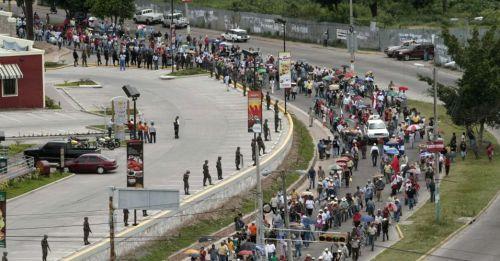 Em frente à embaixada, a fila anda rápido